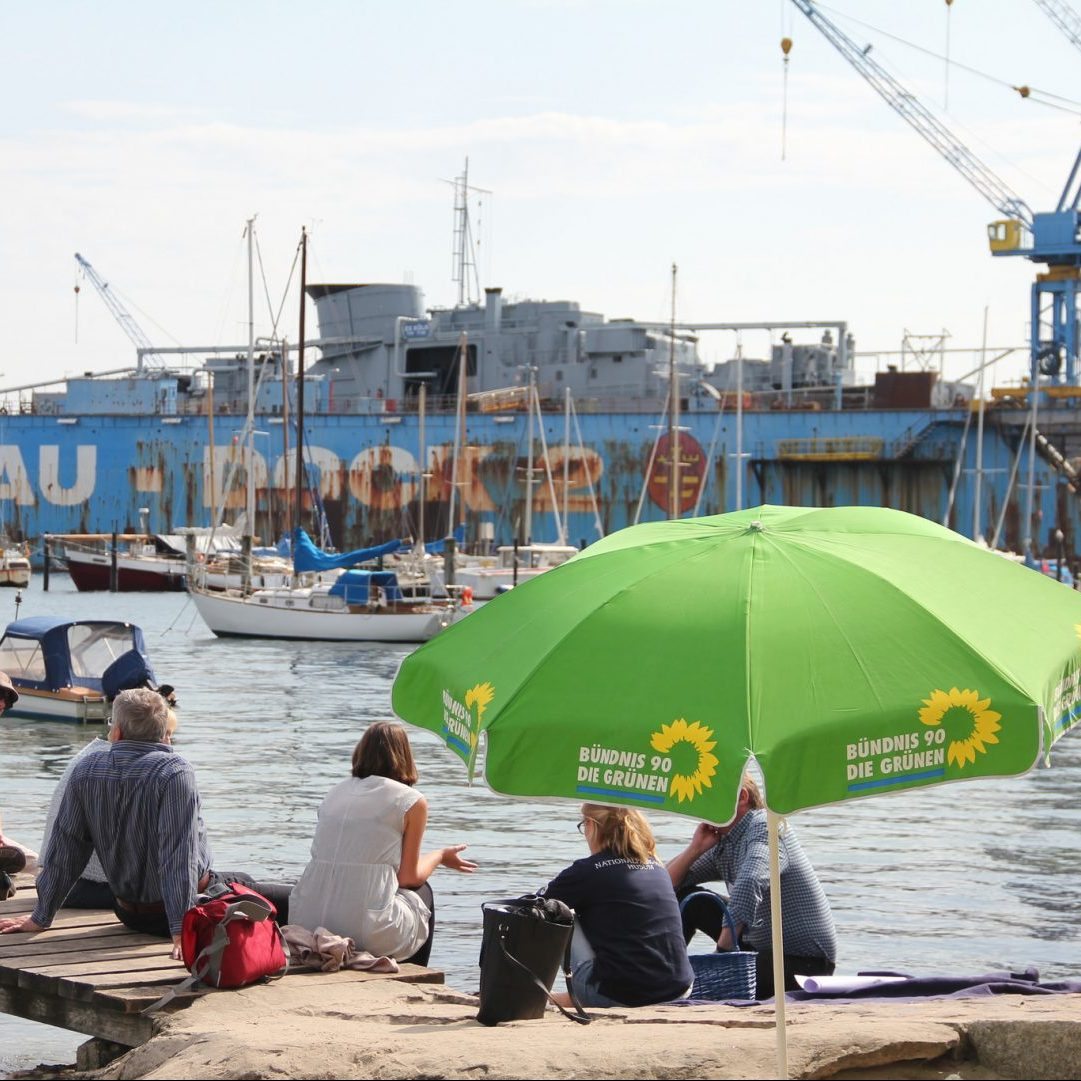 Foto: Grüner Sonnenschirm vor Kieler Förde