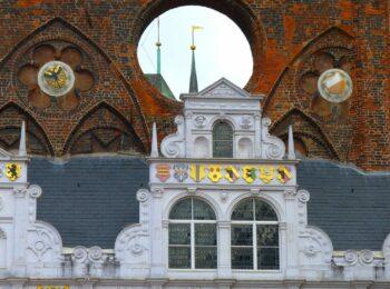 Zu sehen ist das Dach des Rathauses in Lübeck