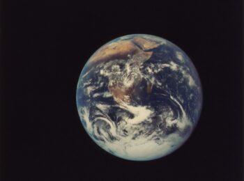 Das Foto aus dem Weltraum zeigt den Planeten Erde.